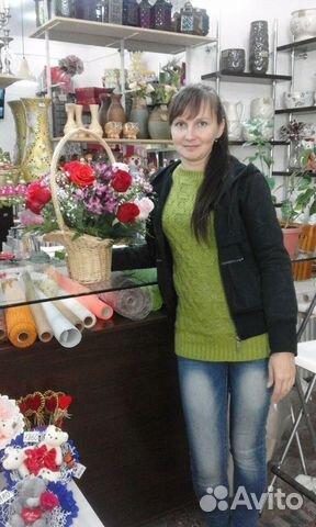 Розничная торговля флористический продукцией срезанные цветы, горшечные растения , а также сувенирами, игрушками, воздушными шарами.